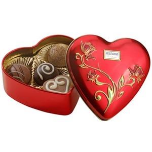 hjärtformad metallask med chokladpraliner
