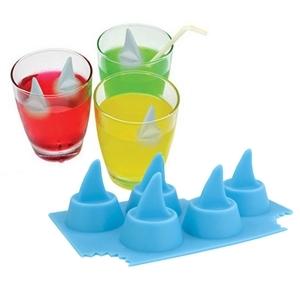 Isbitar som ger hajfenor i drinken