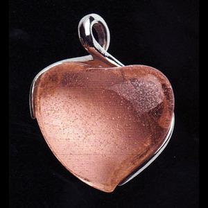 Hängsmycke med mandarinfärgat hjärta