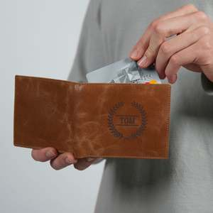 Stilren läderplånbok med eget namn i gravyr
